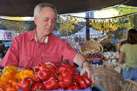 Larry Lev, an agricultural economist at Oregon State University, visits the farmers market in Corvallis. He specializes in agricultural marketing and alternative food systems and helps develop and strengthen farmers markets.